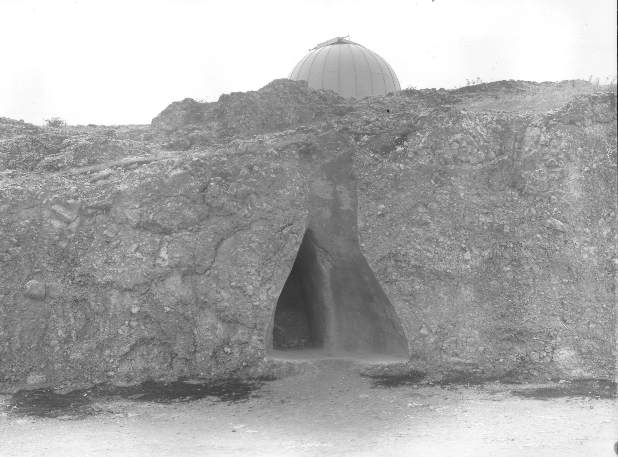 Το εσωτερικό υπόγειας απιόσχημης δεξαμενής, που σήμερα είναι αφανής (Nicholson Museum, Professor W.J. Woodhouse Collection).