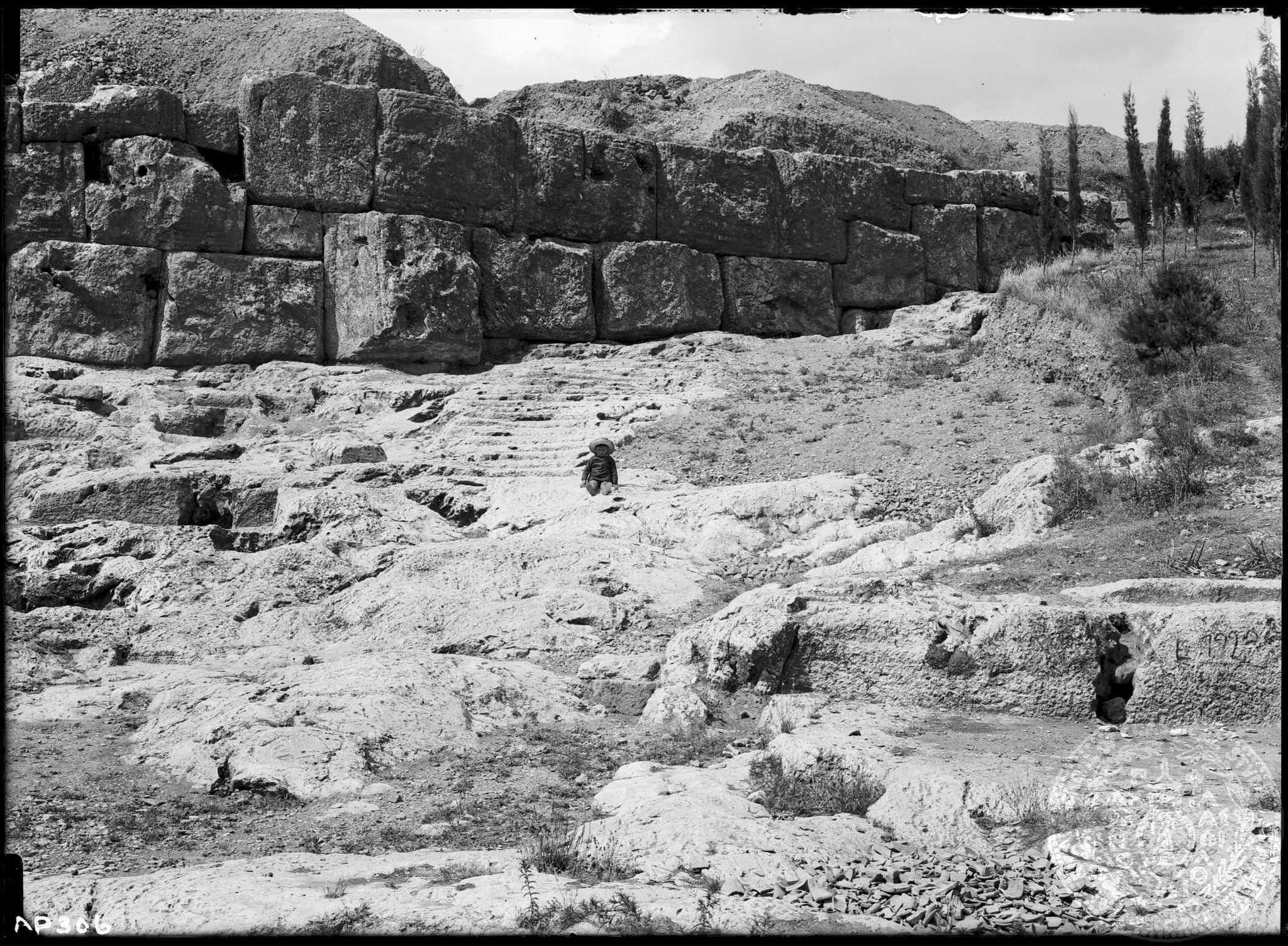 Η σιωπηρή συμφωνία του παρελθόντος με το παρόν στα σκαλοπάτια για την Πνύκα (Αμερικανική Σχολή Κλασικών Σπουδών στην Αθήνα, Αρχαιολογικό Φωτογραφικό Αρχείο, AP 0306).