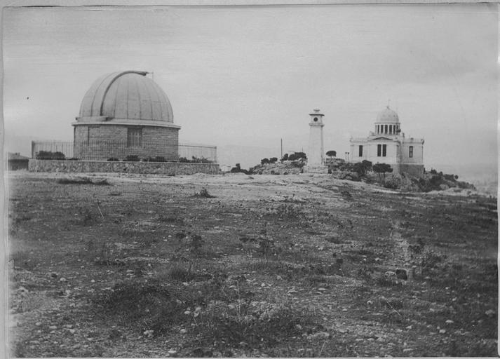 Το τηλεσκόπιο Δωρίδη και το Αστεροσκοπείο, ίσως στην ίδια θέση όπου ο Αθηναίος αστρονόμος Μέτων έκανε τις παρατηρήσεις του κατά τον 5ο αι. π.Χ. (Ministère de la Culture (France) - Médiathèque de l'architecture et du patrimoine - diffusion RMN).
