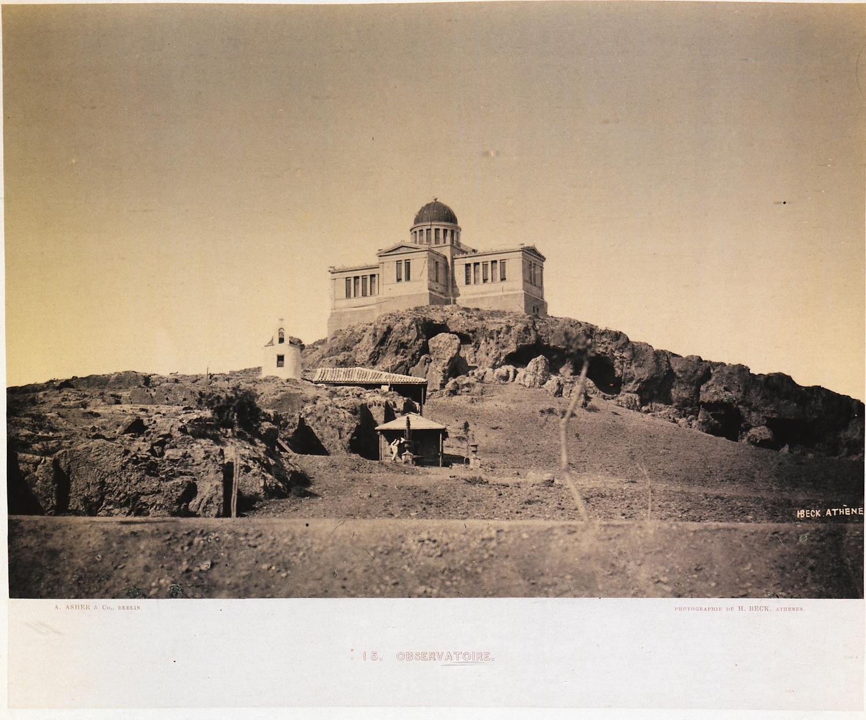 Οι πανάρχαιες σπηλιές κάτω από το Αστεροσκοπείο· μπροστά, το ναΰδριο της Αγίας Μαρίνας, και πιο κάτω μια κρήνη (Γεννάδειος Βιβλιοθήκη - Αμερικανική Σχολή Κλασικών Σπουδών στην Αθήνα, από την ιστοσελίδα του Ιδρύματος Αικατερίνης Λασκαρίδη).