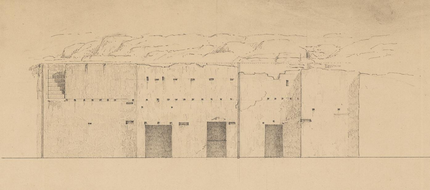 Η κατατομή του βράχου που χρησίμευε ως τοίχος αρχαίου σπιτιού με εμφανείς τις οπές για τις δοκούς του άνω ορόφου· η επονομαζόμενη «Φυλακή του Σωκράτους» (Royal Danish Library - Danish National Art Library).