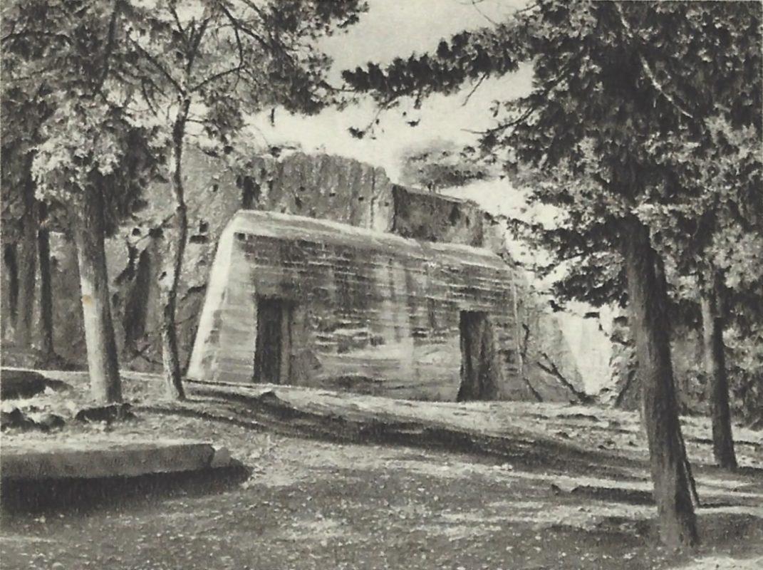 Η λεγόμενη «Φυλακή του Σωκράτους» ενισχύεται με δυνατό οπλισμό μπετόν-αρμέ για να γίνει το κρησφύγετο των αρχαιοτήτων στον Β' Παγκόσμιο Πολέμο (Εκδόσεις Ατλαντίς - Μ. Πεχλιβανίδης & ΣΙΑ).