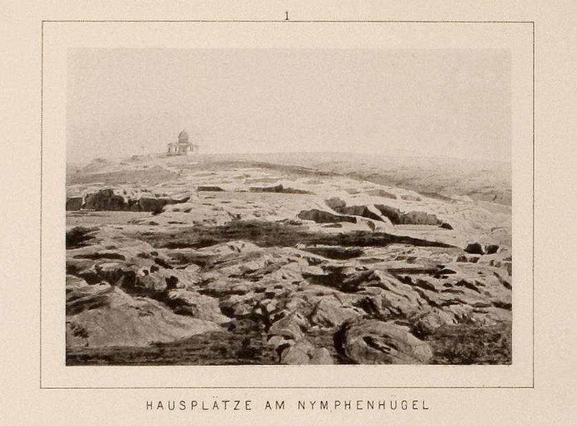 Εκτεταμένα λαξεύματα στη δυτική πλαγιά του λόφου των Νυμφών, προτού λατομηθούν (Universität Heidelberg).