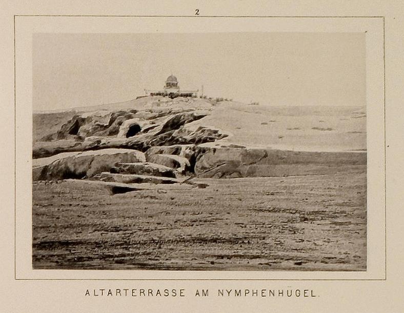 Η λεγόμενη «Μικρή Πνύκα» στον λόφο των Νυμφών· η φωτογραφία είναι σπάνιο ιστορικό τεκμήριο δεδομένου ότι η λατόμηση άλλαξε το ανάγλυφο (Universität Heidelberg).